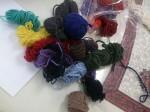 色とりどりのペルーの毛糸を、ニット生産担当の裕子さんがそろえてくれました。